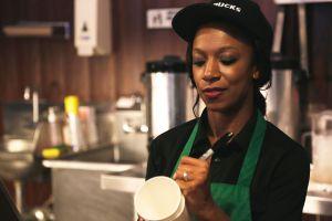 Barista de Starbucks escribe ISIS en café de mujer musulmana