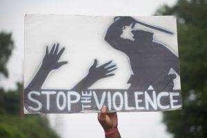 VIDEO: La pareja que apuntó con rifle y pistola desde su mansión a manifestantes pacíficos se vuelve viral como 'Ken' y 'Karen'