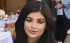 Adiós ropa con Kylie Jenner, la joven disfruta del sol con un pequeño bikini de tanguita en rosa