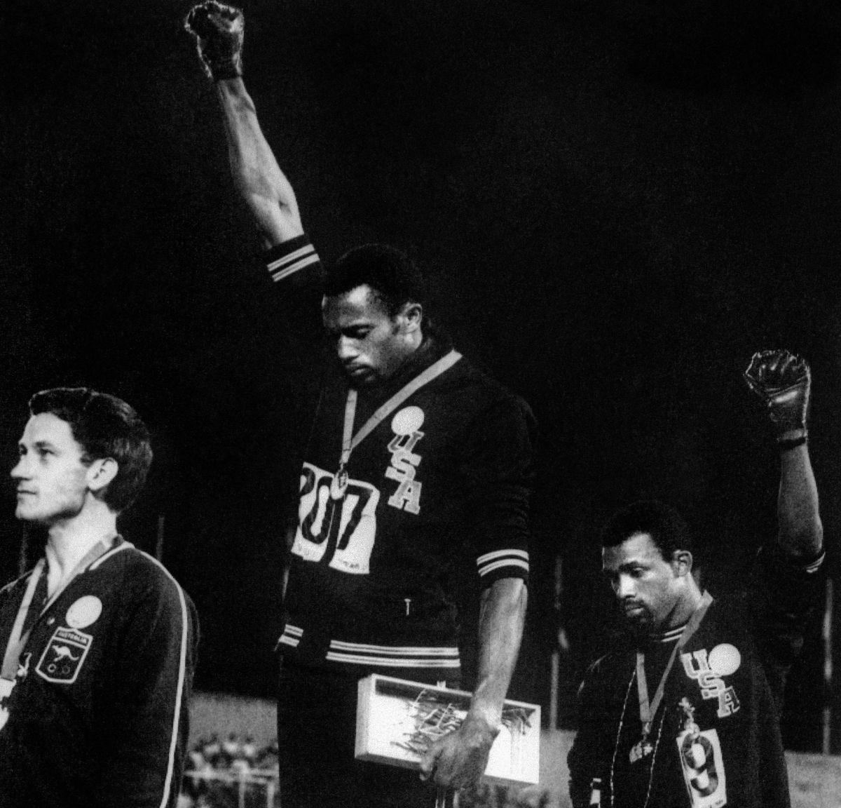 En México 68, Tommie Smith (oro) y John Carlos (bronce), protagonizaron la manifestación deportiva antirracista más recordada de la historia.