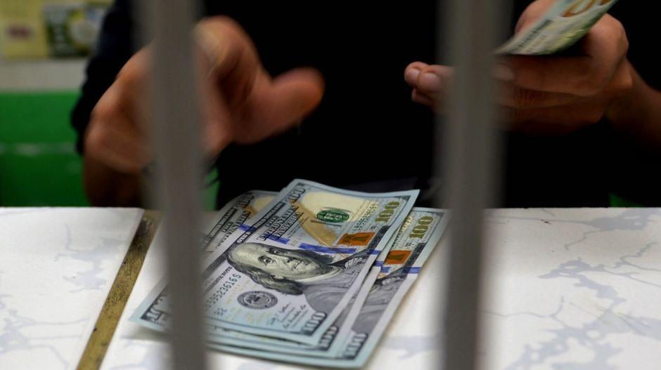Arrestan a 8 en California por un supuesto fraude con los beneficios de desempleo