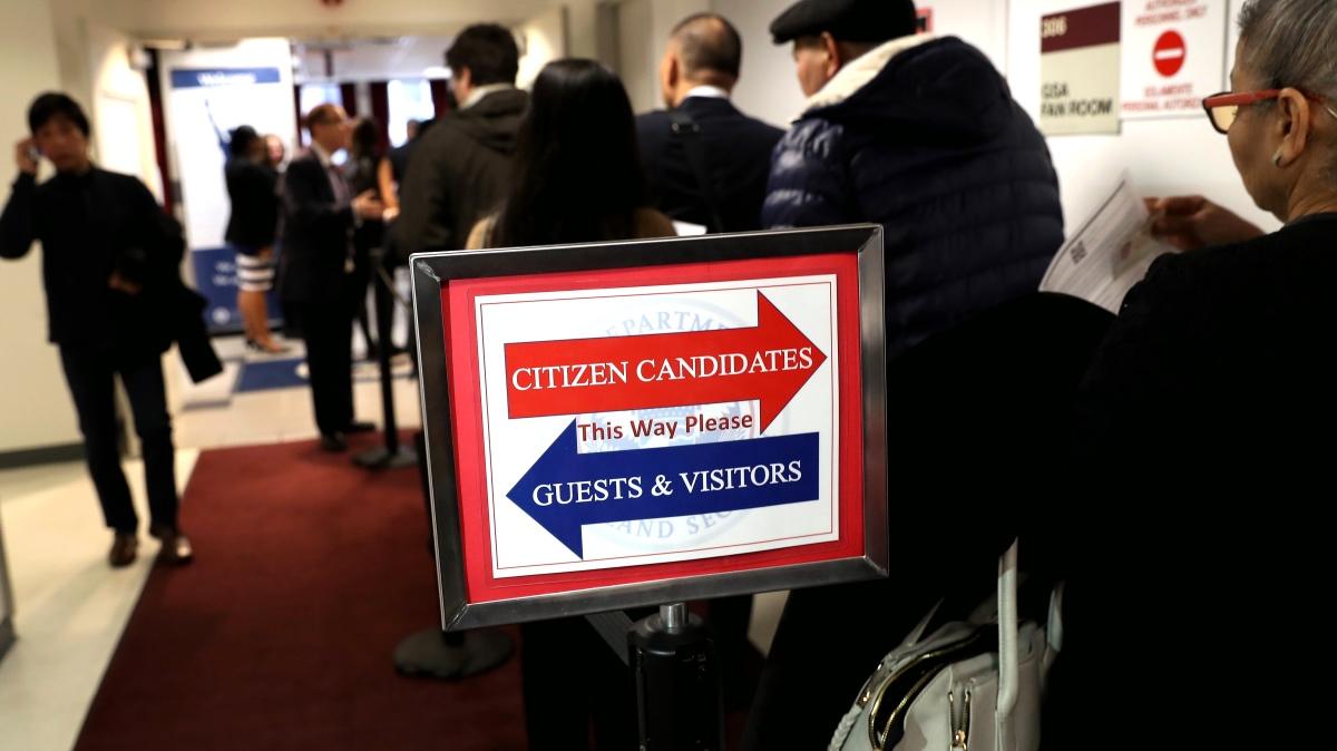 USCIS aplica suspensión de 'green card' también a inmigrantes que viven en EE.UU.