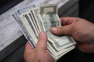 Perdió la billetera en Walmart con $5,000 dólares en el interior, la recupera y se soprende al ver en su interior