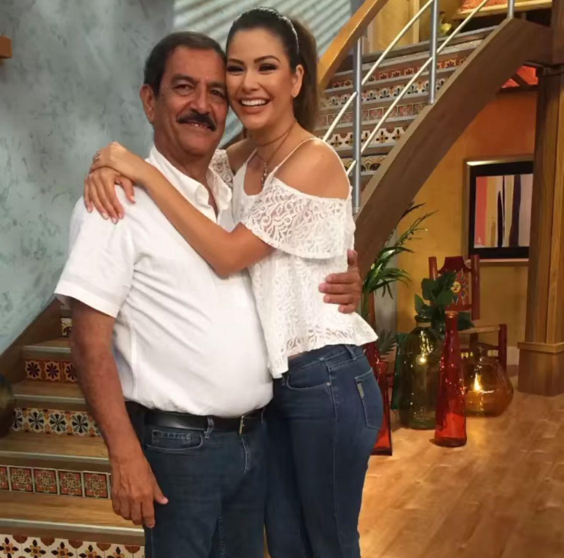 Ana Patricia Gámez junto a su papá.