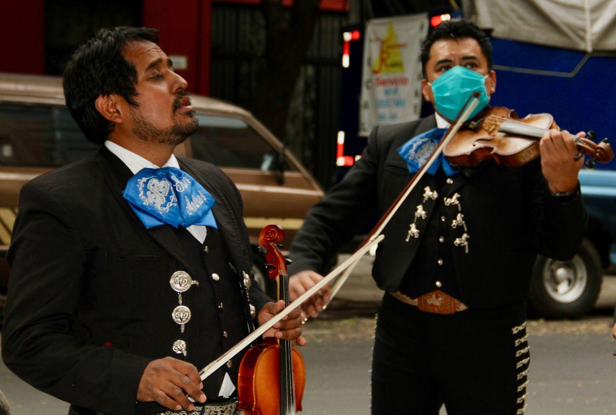 Mariachi San Andrés durante una serenata.