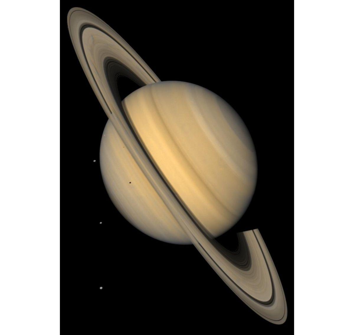 Saturno y 4 de sus lunas en color natural.