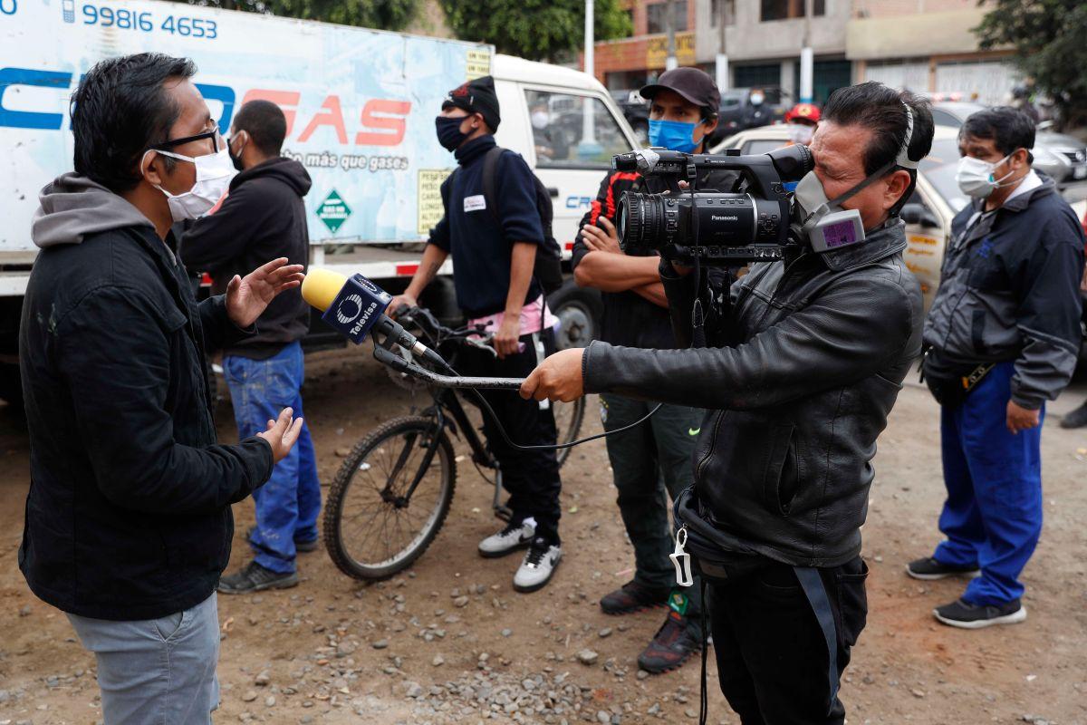 Un equipo periodístico trabaja este miércoles en las calles de Lima.
