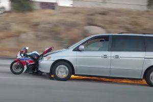 Video: arrolla a un motorizado y luego arrastra la moto a alta velocidad por la autopista 91 de California