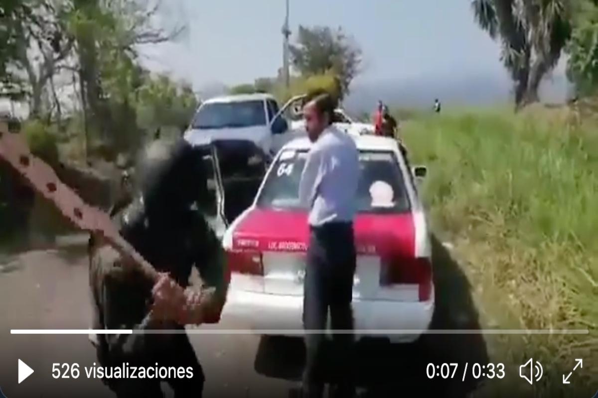 VIDEO: Narcos tablean brutalmente a taxistas, así los obligan a reportar todo lo que ven