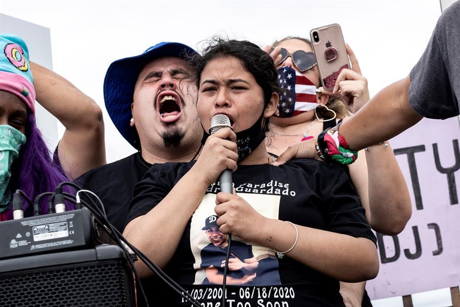 Familiares de Andrés Guardado durante una protesta el 20 de junio.