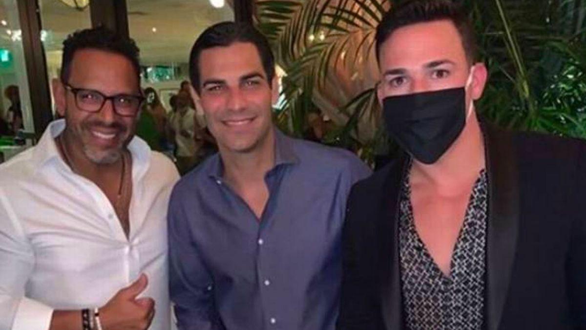 Cierran 3 restaurantes de Miami después de que el alcalde participara en una fiesta multitudinaria e ilegal