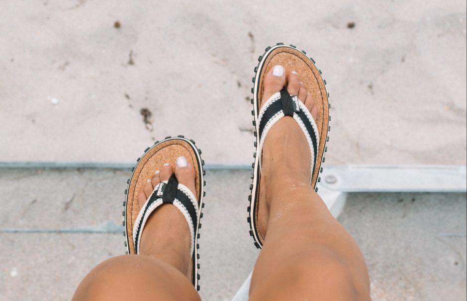 Variedad de estilos en chanclas Roxy veraniegas para mujer por menos de $25