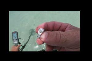 Se busca a la dueña de este anillo de diamantes que un hombre encontró en la playa