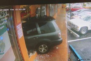 Un auto se empotra contra un restaurante mexicano en Miami: arrestan al conductor