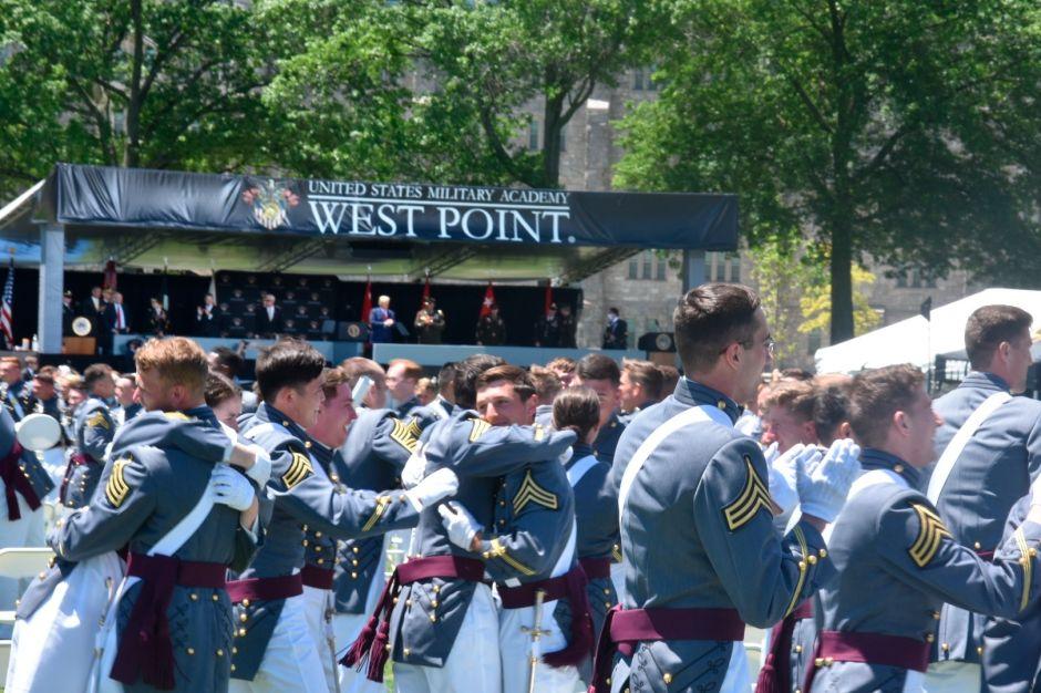 """Trump promete que va a """"extinguir la plaga"""" del COVID-19 en graduación de West Point"""