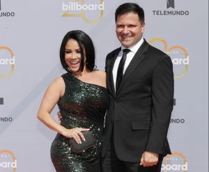 """Carolina Sandoval """"se la lava"""" a su esposo enfundada en una de sus sexys fajas negras"""