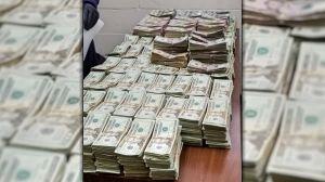 Sentencian a dos jóvenes que llevaban $879,000 dólares en efectivo en un avión privado