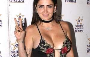 Celia Lora presume sus encantos con un escote que casi le llega hasta la cintura