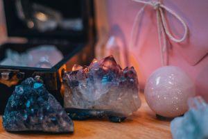 Cuál es el cristal contra la negatividad ideal para ti, según tu mes de nacimiento