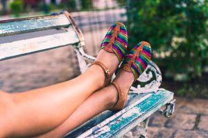 5 sandalias cómodas y casuales de mujer para usar en tus paseos de verano