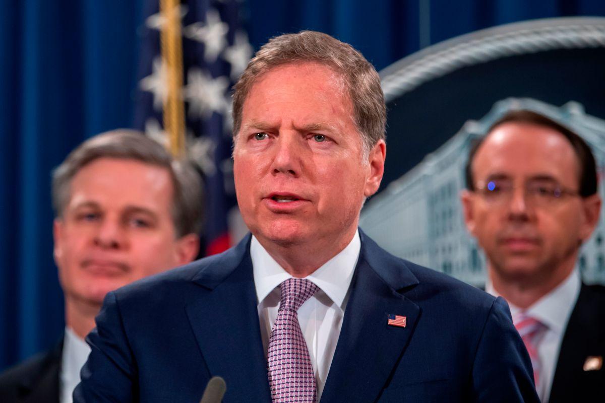 Geoffrey Berman (c), el Fiscal Federal para el Distrito Sur de Nueva York despedido.