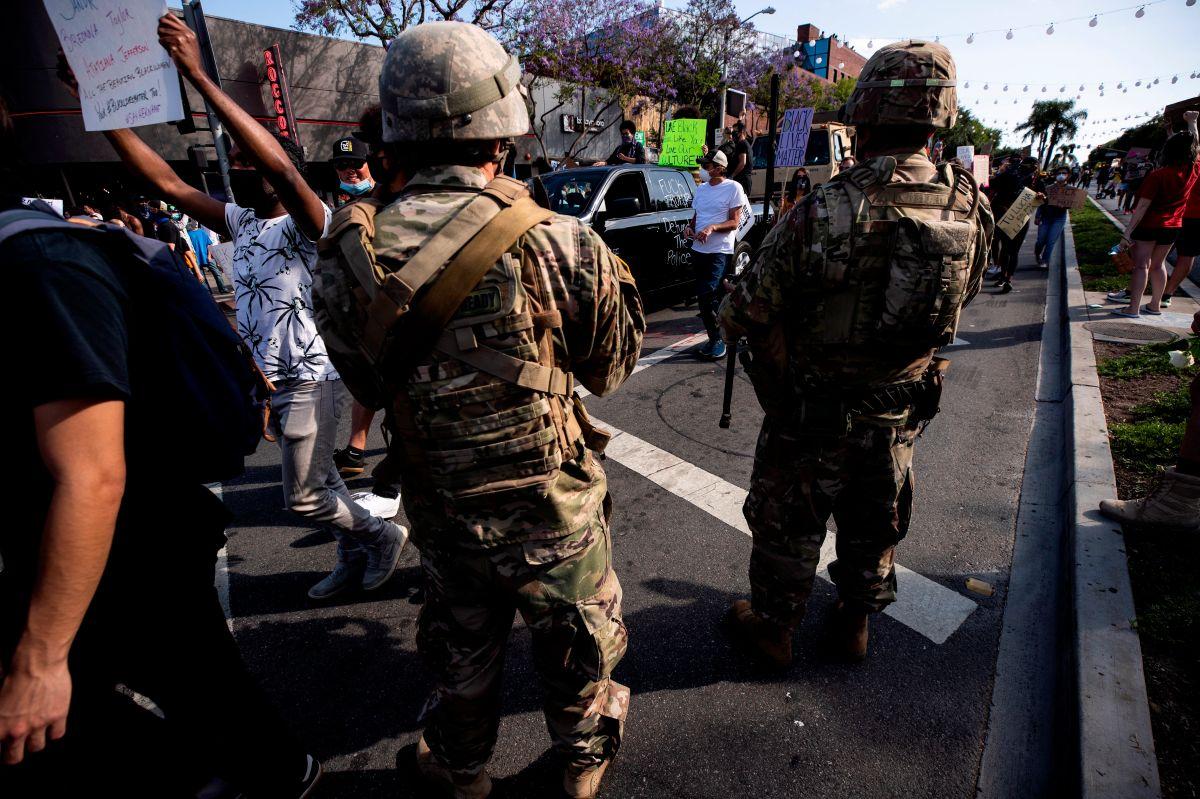 Oficiales de la Guardia Nacional observan el desarrollo de una protesta pacífica en Los Ángeles.