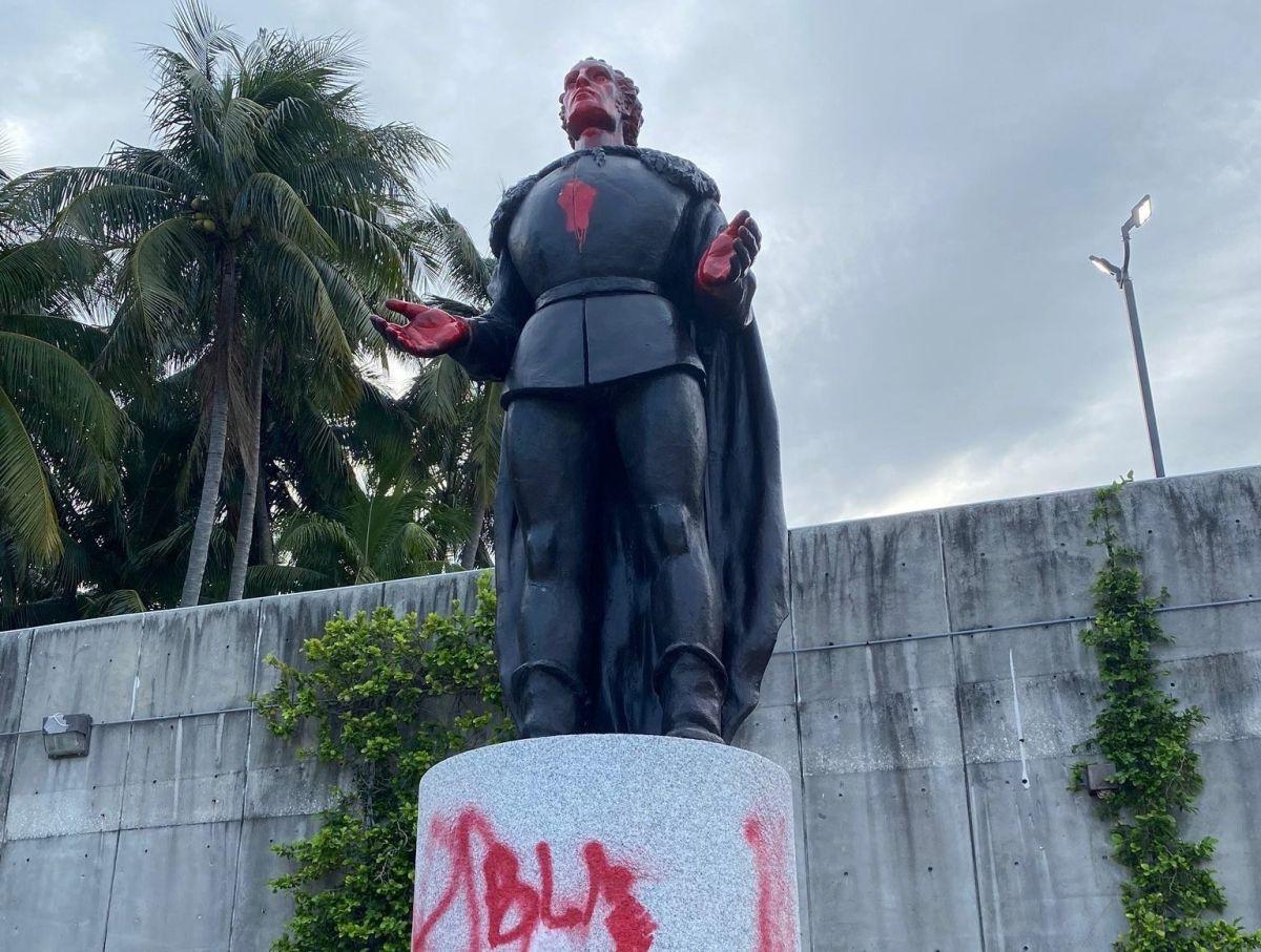 Pintadas en la estatua de Cristóbal Colón en el centro de Miami.