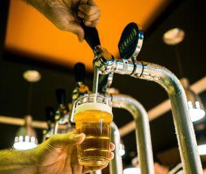Gracias a la pandemia restaurantes podrían vender alcohol para llevar de manera permanente en Texas