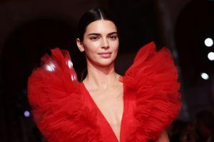Conoce la lista de famosas como Kendall Jenner que donarán ropa de sus armarios
