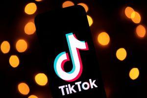 Genera polémica chica de 24 años por besar a niño de 14 en video de TikTok