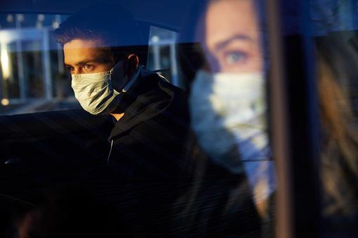 Desechar correctamente los cubrebocas a bordo de un auto es indispensable para evitar futuros contagios.