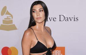 Kourtney Kardashian usó una tanga que apenas se le veía mientras disfrutaba de un libro