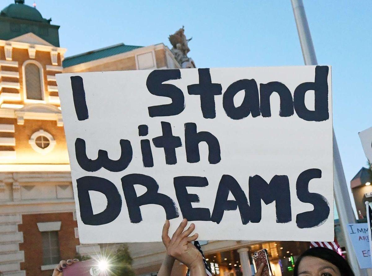 """""""Tenía casi 100 mensajes de texto"""": Dreamers celebran orden judicial de restaurar DACA"""