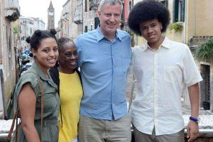 """Alcalde de Nueva York """"esconde su falta de liderazgo tras su familia afroamericana"""", critican empleados y el Defensor del Pueblo"""