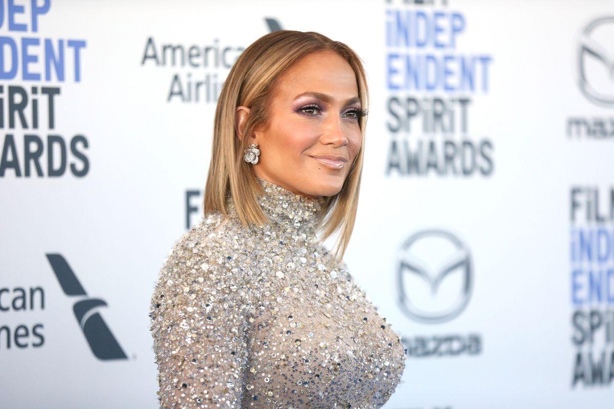Jennifer López en la alfombra roja de los Spirit Awards 2020.
