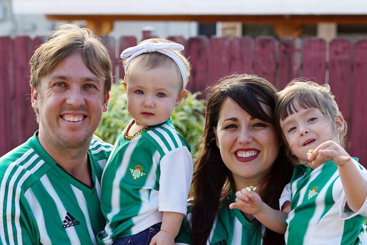 Juanma Linares junto a sus hijas y su esposa vistiendo la camiseta del Betis.