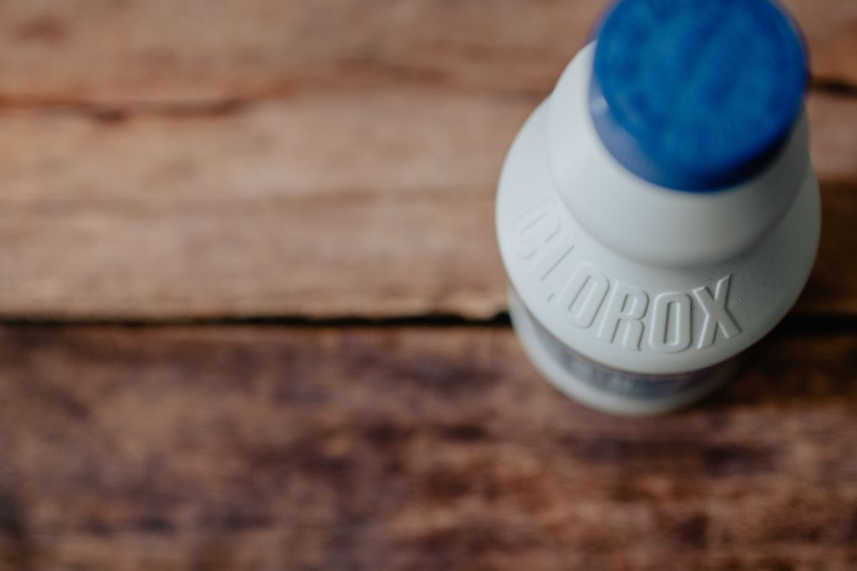 """¿Gárgaras con cloro? Uno de cada tres estadounidenses ha usado erróneamente productos de limpieza para """"protegerse"""" del COVID-19"""