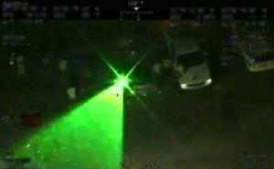Arrestan a un hombre que apuntaba con rayo láser a un helicóptero que sobrevolaba una protesta
