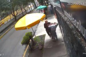 #LordBanqueta causa indignación, sujeto golpea a anciano en la Ciudad de México