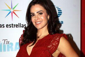 Luz Elena González se ejercita en su casa, usando un enterizo tie dye que resalta su retaguardia