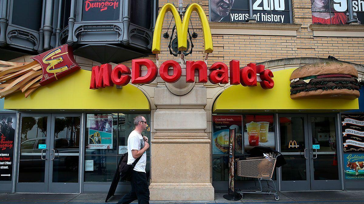 Empleada de McDonald's cumple 100 años y los celebra trabajando