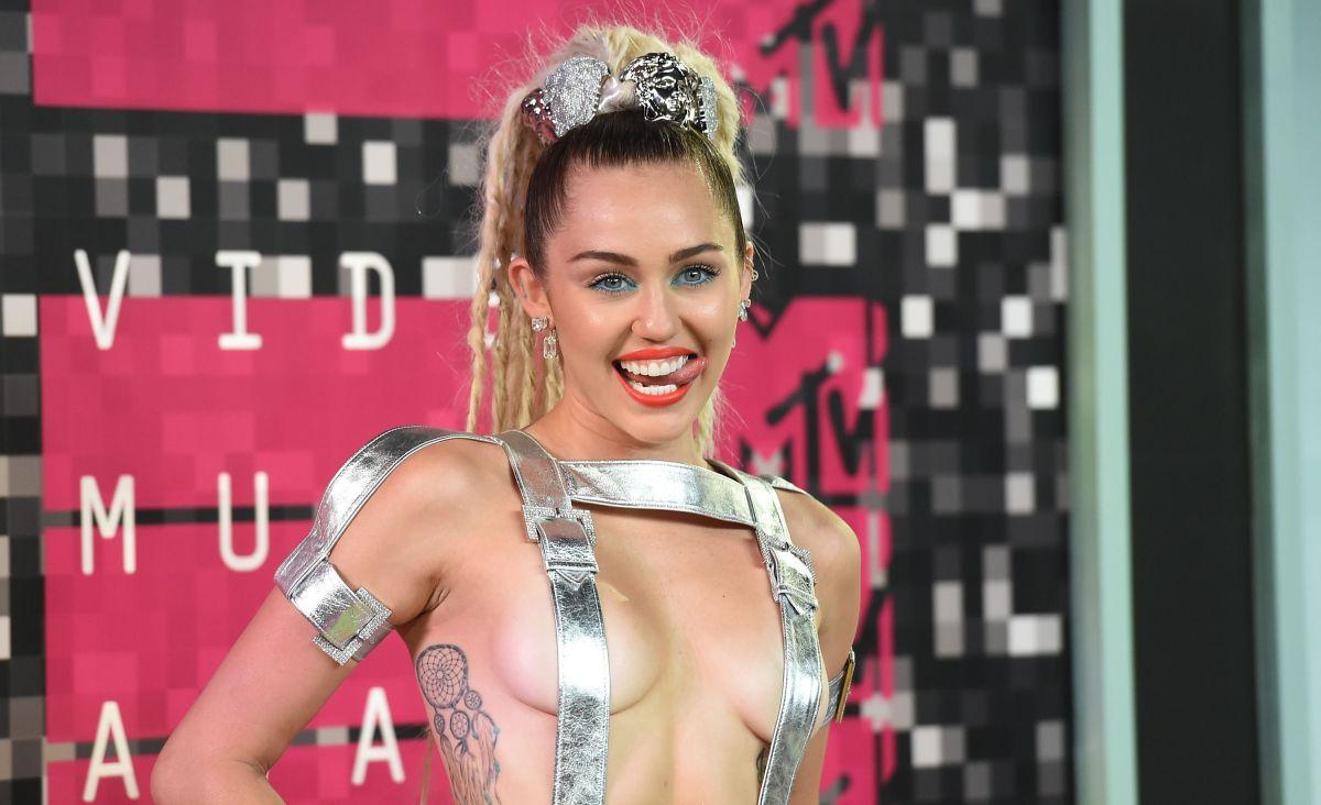Usando una camiseta y sin ropa interior, Miley Cyrus provoca polémica por nuevas fotos