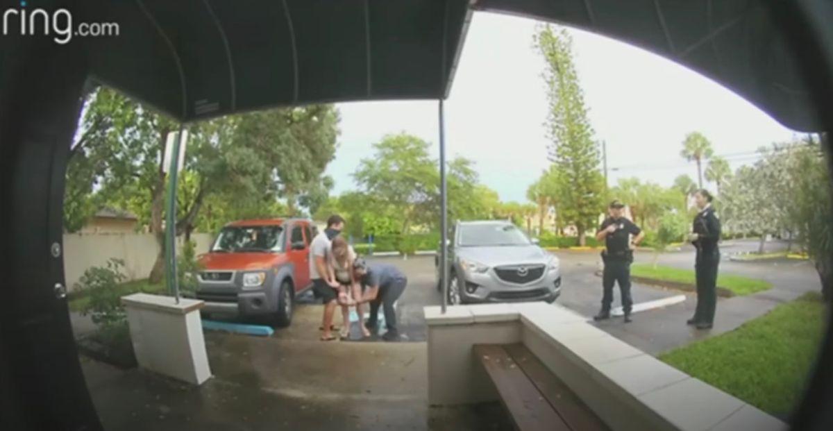 El emotivo video de una mujer dando a luz a una niña en un parking de Miami