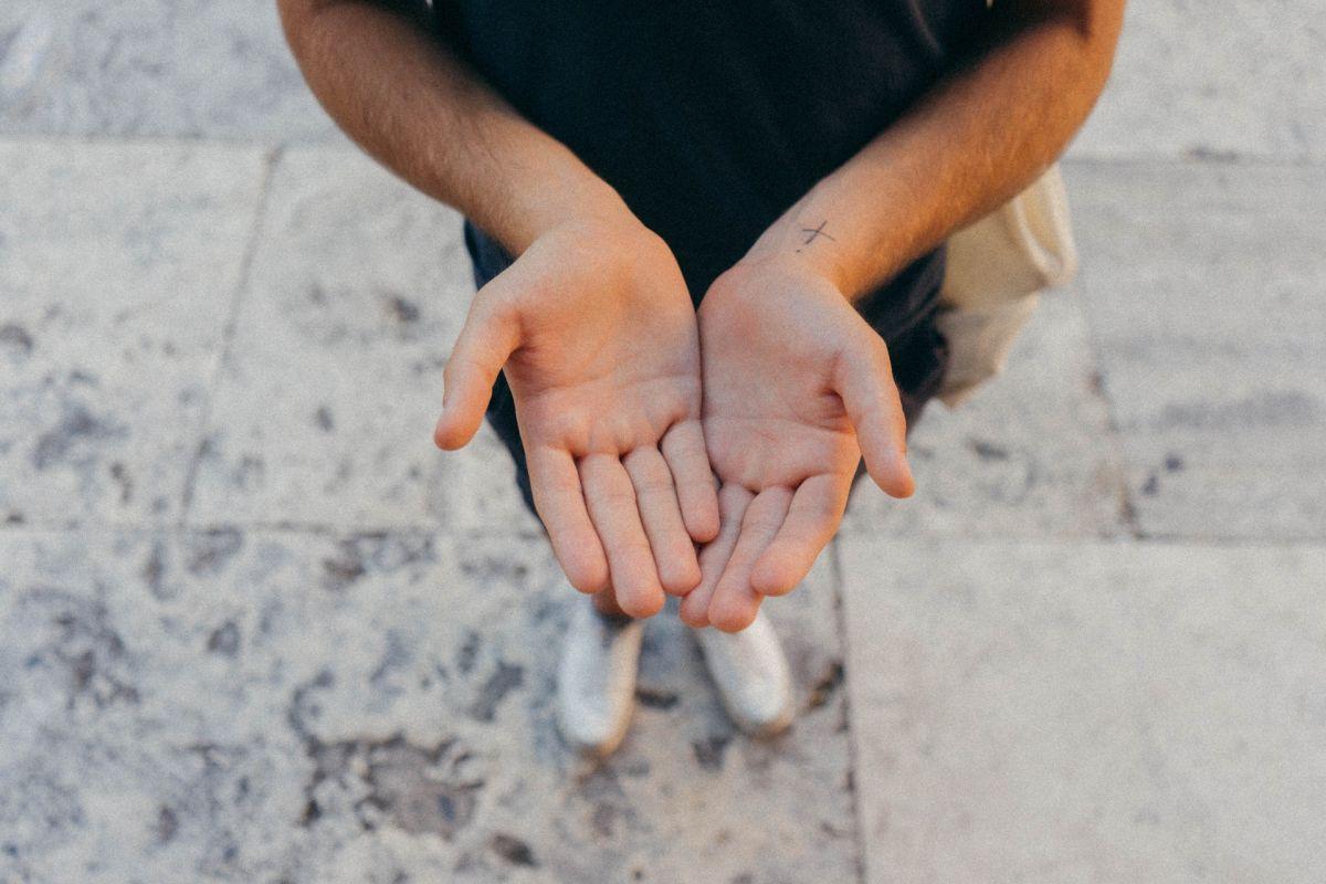 La creencia indica que sentir piquetes en las manos es dinero.