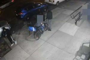 Video: Hombre completamente desnudo provocó trifulca en calle de Nueva York