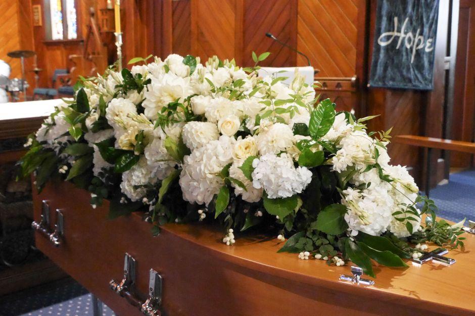 Sorprende video de hombre bailando en pleno funeral de su esposa