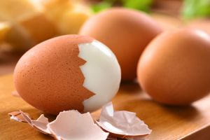 El truco para pelar un huevo duro que se ha vuelto viral en TikTok