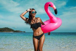 Se queda desnuda en la playa porque su novio le regaló un bikini que se disuelve en el agua