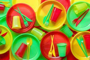 ¿Es perjudicial para la salud comer en platos plásticos?