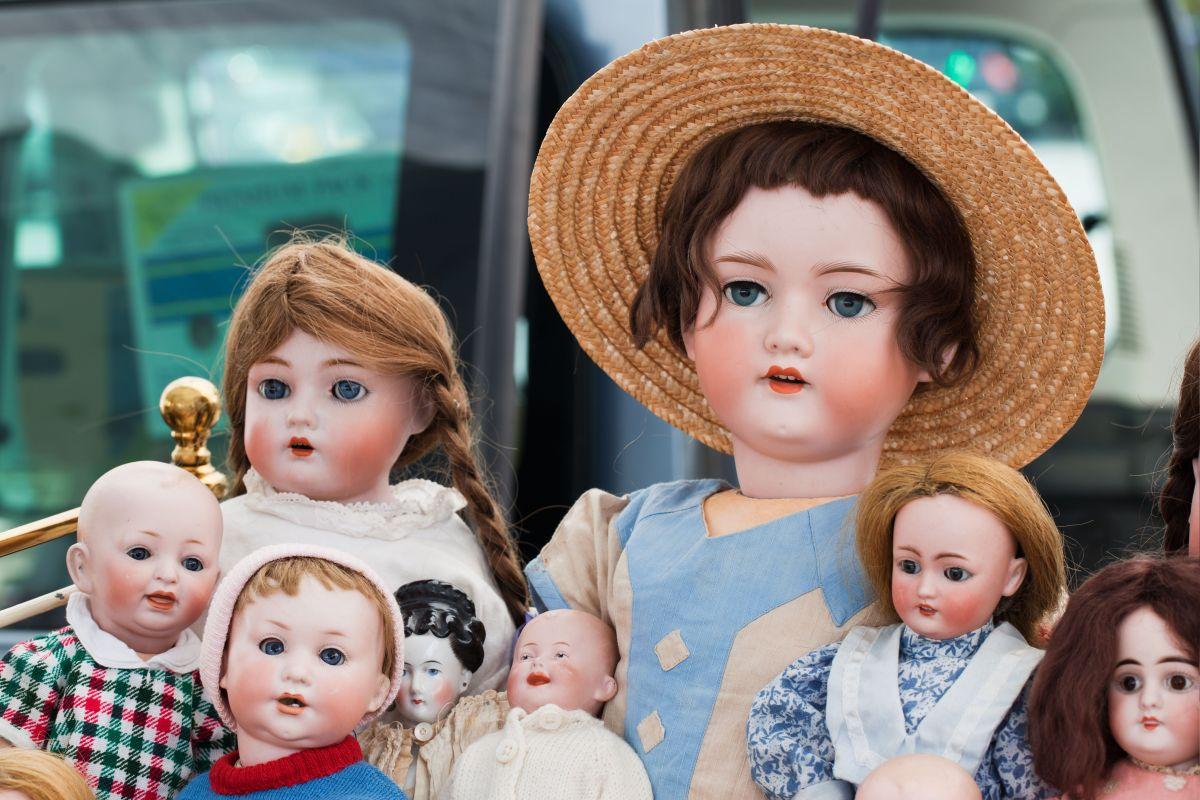 La muñeca podría causar miedo, pero sus gestos son muy simpáticos.